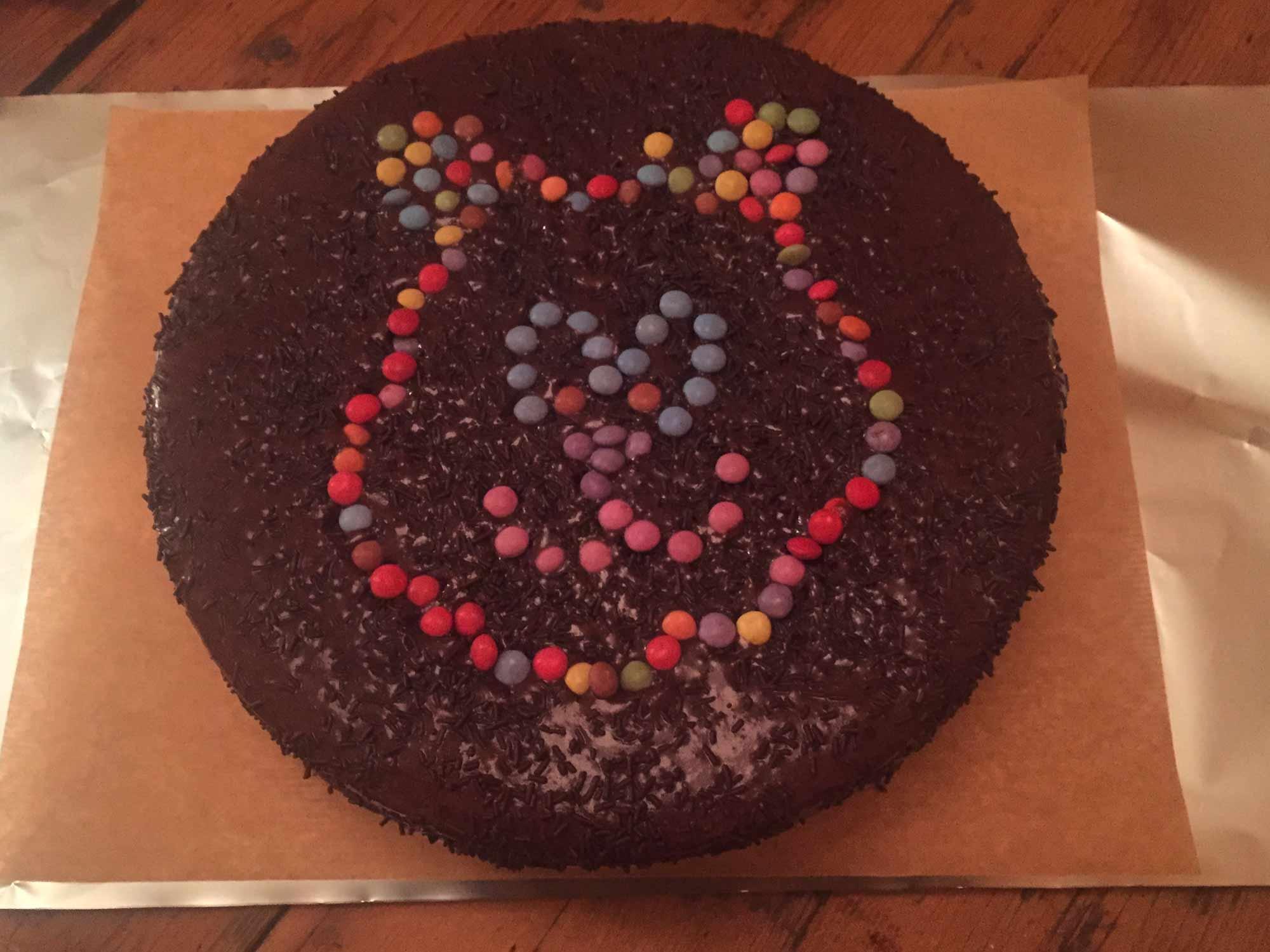 gateau au chocolat décoré chocolat et bonbons